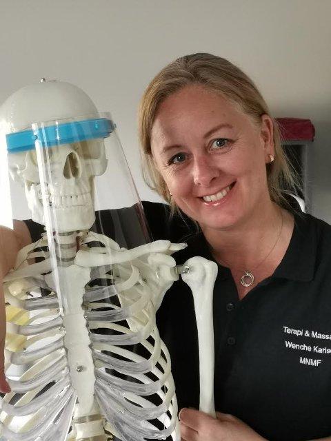 MASSASJE: Wenche Karlsen digger skjelettet Oscar, som hun bruker i behandlingen for å forklare klienter hvordan kroppen henger sammen.