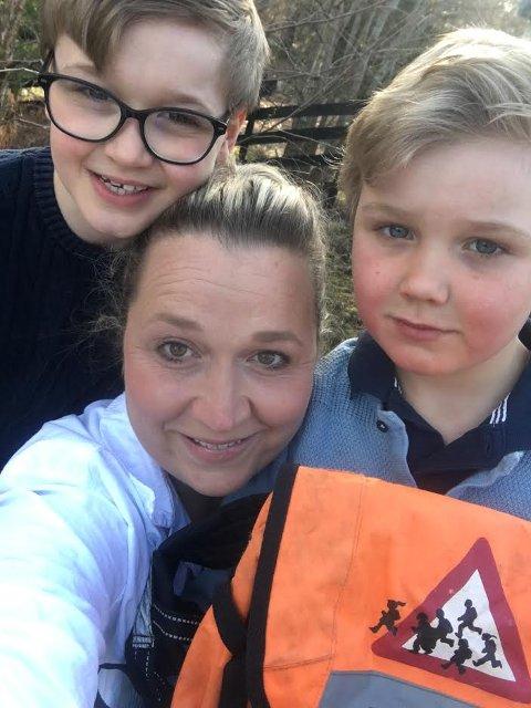 MISTER TILBUD: Storebror Markus (10) fikk denne oransje sekken, men det får ikke lillebror Oskar (t.h.) når han begynner på skolen til høsten. Det synes Mette Lise Wholan er trist.