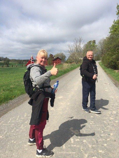 SPESIELL GÅTUR: Trine og Per Torgersen var i godt humør og ved godt mot da de la ut på sin 24 timer lange gåtur.