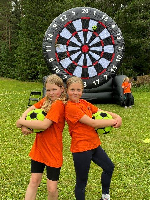 POPULÆRT: Victoria Holter (t.v.) og Madelen Slettemark var blant de mange barna som ble med på Aktivitetsuka i Våler. Her prøver de fotballdart.