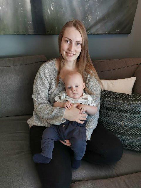 VENDEPUNKT: Fortvilelsen ble snudd til glede da Heidi Sahman fikk hjelp med ammeproblemene, her med sønnen Oliver (fire måneder) på fanget.