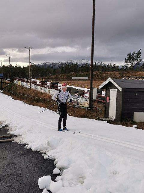 RUNDE PÅ RUNDE: Slik ser løypa ut for Hallvard Granli fra Grong og de om lag 20 andre skiløperne som denne uka er på treningssamling på Dombås. Mandag gikk Granli om lag 80 runder i den 700 meter lange skiløypa.