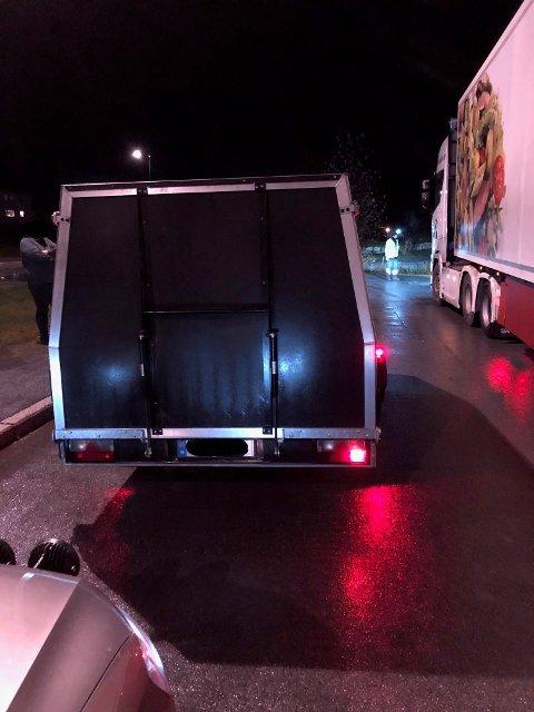 HIT, MEN IKKE LENGER: I natt hadde Statens vegvesen kontroll i Harran. En sjåfør ble anmeldt etter å ha kjørt med en tilhenger som manglet bremselys. Det ble også ilagt et kjøreforbud for den aktuelle hengeren.