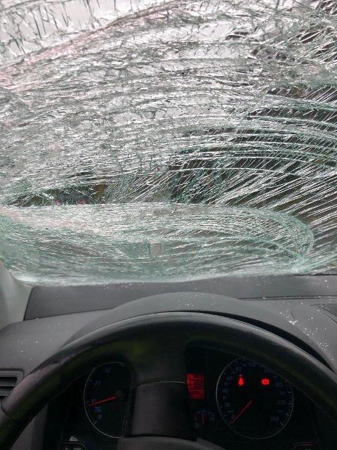 FARLIG: Med knust rute og dårlig sikt skulle sjåføren kjøre til verksted. Det endte med anmeldelse og avskilting istedet.