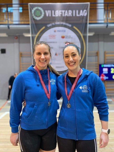 SØLVMEDALJE: Søstrene Stine Mari og Marianne Hasfjord fra Bangsund tok, sammen med laget AK Bjørgvin, sølv i helgas Lagfinale i vektløfting. I tillegg satte Marianne ny norgesrekord, og Stine Mari sørga for en ny personlig rekord.