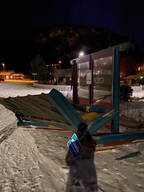 Påkjørt: Buss-skuret fikk seg en solid trøkk etter at en bil kjørte på det lørdag kveld.