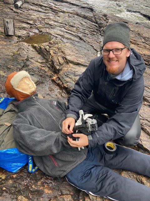 STUNTDOBBEL: Rune Baggerud forbereder dokka – som skulle vise seg å bli sittende fast i Grongstadfossen.