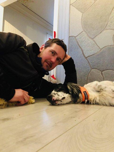 GJENFORENING: Espen Opdal og Tia tar seg en velfortjent hvil etter at leteaksjonen endte godt.  – Det blir nok ikke noen tur i morra, nei, humrer den lykkelige hundeeieren.