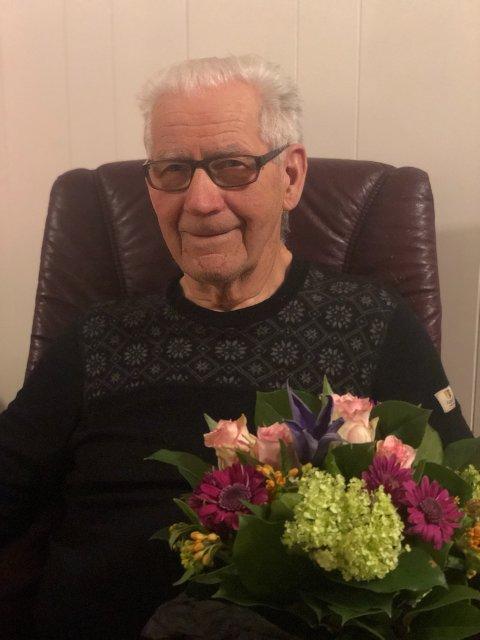 HEDERSMANN: Harald Nilsen (81) får denne Ukas blomst etter en tipser fortalte til NA at han har vært en hjelpsom fagmann i mange tiår.