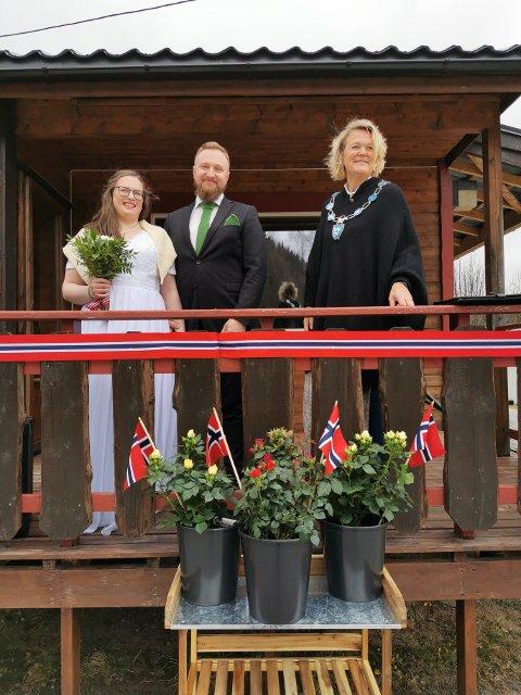 AVSLØRTE HEMMELIGHET: Da ordfører Bente Estil dukket opp på balkongen, trodde de fleste at hun skulle holde 17. mai-tale. Sådukket brudeparet Ragnhild Aaagård og Ole Kristian Hasfjord opp i finstasen.