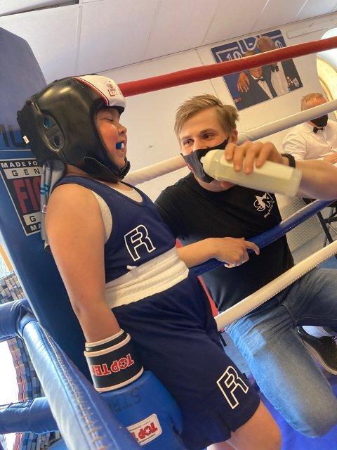 KOMPETENT STØTTE: Andrea Pedersen (9) fra Namsos hadde Simen Nysæter som sekundant da hun debuterte i bokseringen under helgas boksestevne.