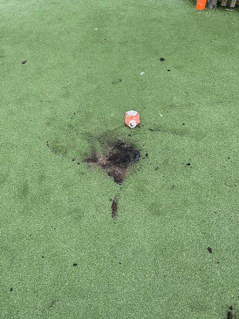 SVART: Slik så ballbingen ved Namsos barneskole ut etter at noen tente bål på gressmatta søndag kveld.