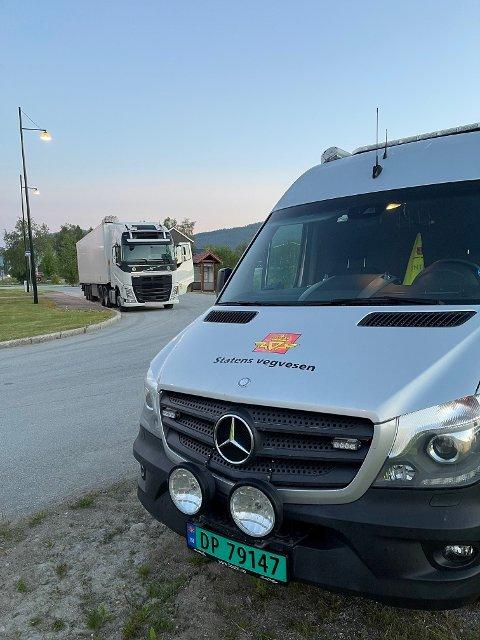 KONTROLL: Til sammen 13 kjøretøy ble stanset da politiet hadde kontroll på Harran natt til tirsdag.