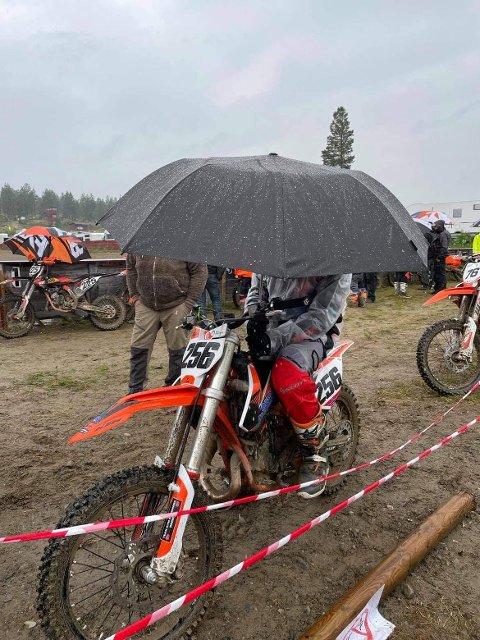 VÅTT: Ørjan Lysberg fra Namdal motorsportklubb prøver i det ytterste å unngå å  bli våt under helgas mesterskap.