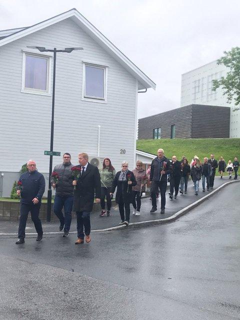 ROSETOG: I Rørvik ble det arrangert rosetog fra kirka til parken under markeringen av 22. juli.