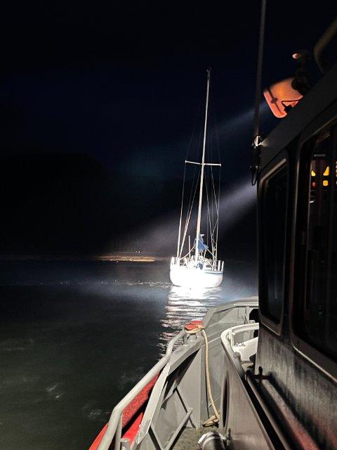 SLEPT AV GRUNN: Seilbåten som gikk på grunn i Løgnin ble slept av grunn på flo sjø i natt.