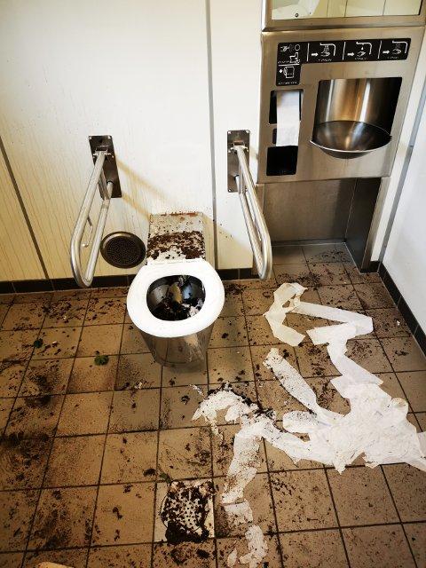 SÅ IKKE UT: Lørdag morgen var det spredt jord over alt inne på toalettet ved rasteplassen i Grong – men de materielle skadene var ikke omfattende. Dagen etter, derimot...