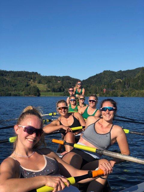 MEDALJEAMBISJONER: – Det er selvfølgelig stas å få konkurrere sammen med de flinkeste jentene, sier Kristine Asbøll (nest bakerst i bildet). Namsosingen er helt fersk innen rosporten, men har fått tillit i førstebåten til NTNUI damer under helgas NM.
