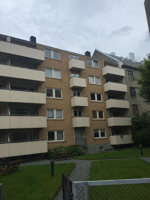 Utsiden av leilighetsbygget. Balkongen til leiligheten er den korte balkongen helt øverst.