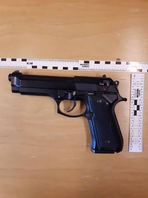 TRUET: Kvinnen skal ha truet de to mennene med denne pistolen, etter at hun irriterte seg over deres bilkjøring.