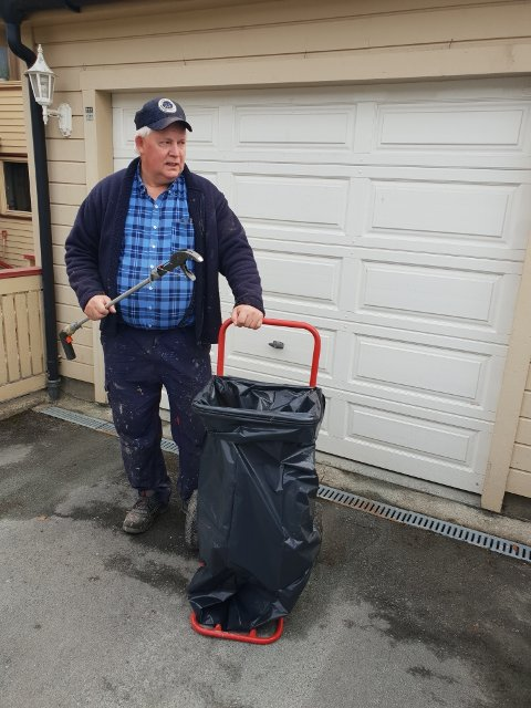Anton Ramfjord (65) har plukket søppel i nærmiljøet i over ti år. På de verste stedene fyller han en søppelsekk på femti meter.