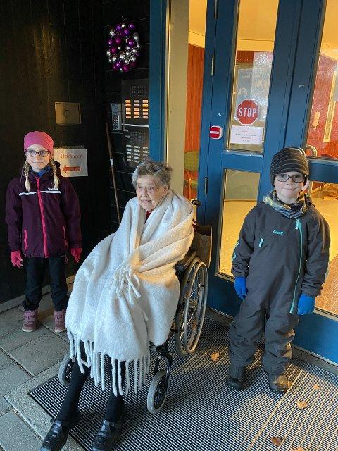 FRISKMELDT: Nå kan Åse Fossum (94) endelig treffe oldebarna Helle (9) og Oliver (7) igjen. 94-åringen overlevde koronasmitten, men syns det var utrivelig å sitte i isolat.
