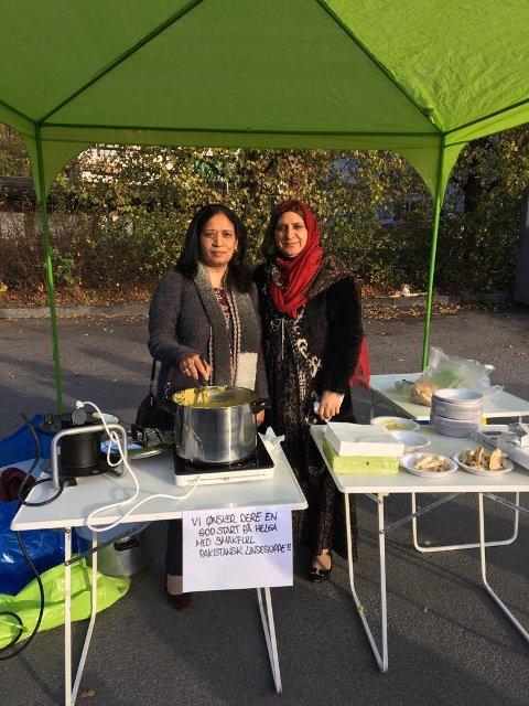 FRIVILLIGE: Khilat Chaudhry (t.v.) og Saiqa Malik var noen av de frivillige som laget den populære suppen.