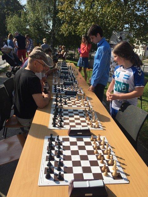STORMESTER: Norgesmester i sjakk, Johan Salomon fra Nordstrand, spilte lynsjakk med opptil ti spillere av gangen. Foto: Heidi Aasheim