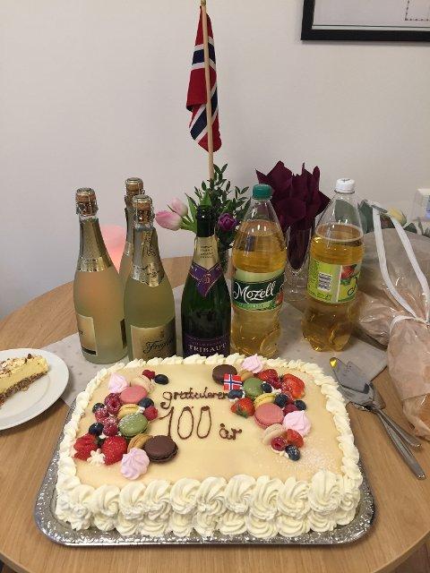 Kake og champagne: Alt klart til 100-festen på Bøler.