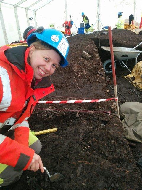 Kristine Ødeby i arbeid på utgravingsfeltet