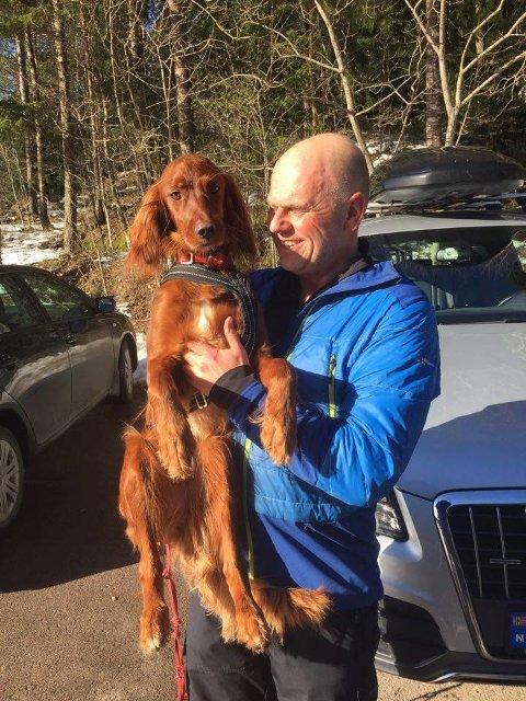 Lykkelig eier med sin hund Holly.