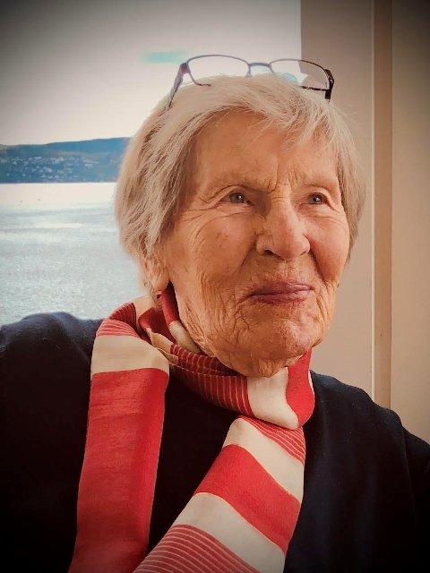 JUBILANT: Elsa Meyer Jacobsen fyller 100 år 26. november. Dette bildet ble tatt hjemme i Skogbakken i sommer.
