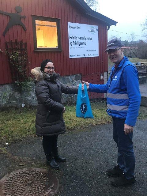 JULEHJELP: Overrekkelse av julehjelp fra Kiwanis Club Oslo Syd.