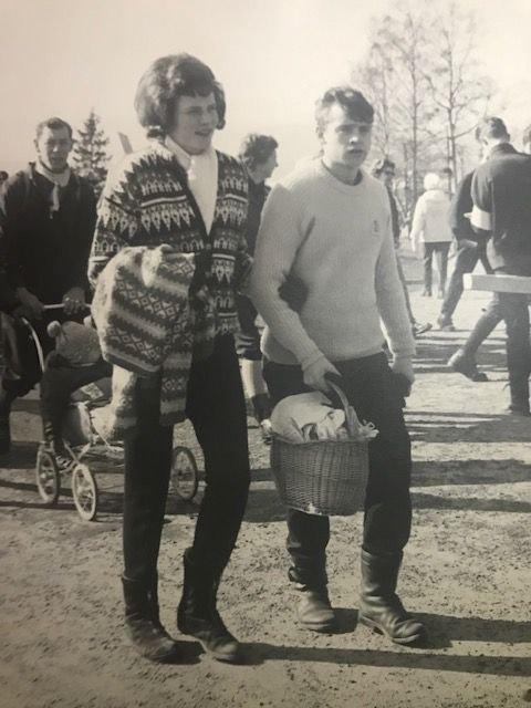 Her er mamma og pappa på vei til Holmenkollen i sine ungdomsår