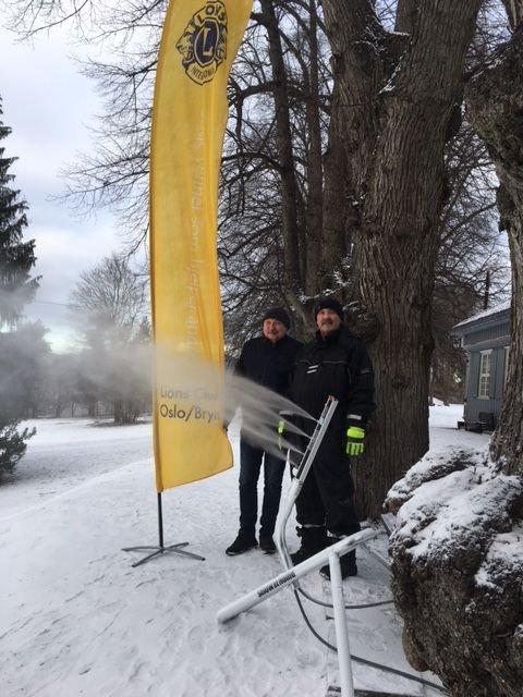 Rolf og Trond i Bryn Lions lager akebakke på Nordre Skøyen hovedgård