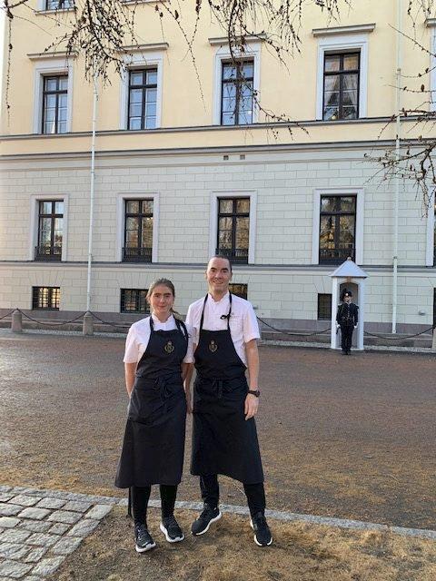 Utanfor slottet:Lærling Anna Brimi og Nicolai Lundsgaard, kjøkkensjef ved Det kongelege hoff, utanfor Slottet i Oslo. Foto: Privat
