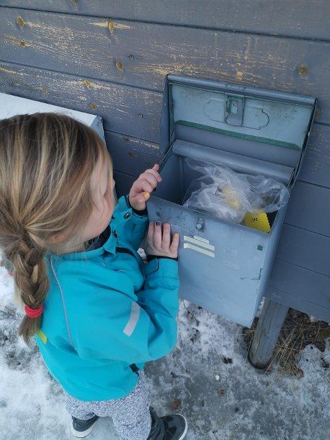 Da Aria henta posten førre fredag låg det pakke frå barnehagen i postkassa. Foto: Privat