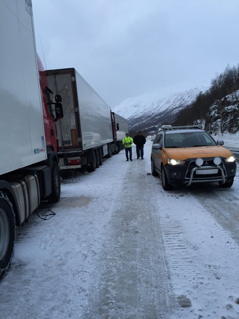 ALT PÅ STELL: Statens vegvesen har intensivert kontrollene av tyngre kjøretøy. Her er det tre polske semitrailere som sjekkes ved E6 i Bardu tidligere i år. – De hadde alt på stell, fastslår seksjonsleder i Utekontrollseksjonen Region nord, Jørn Simonsen.