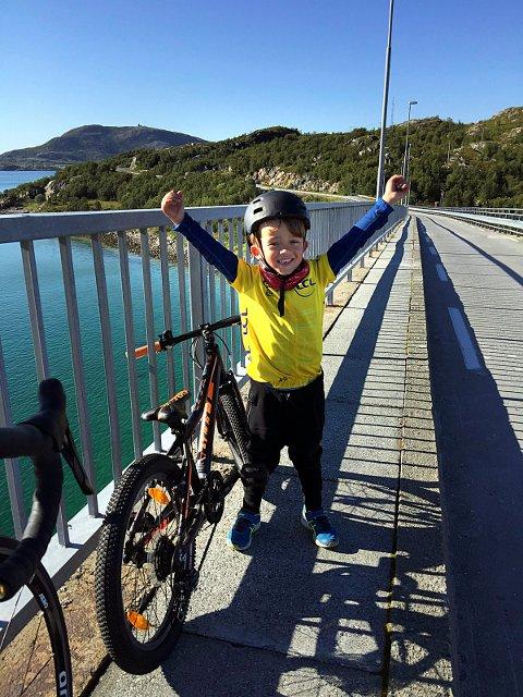En jublende glad femåring på Sommarøy-brua. Sebastian tilbakela 60 kilometer fra Hamna i Tromsø til hotellet på sommarøya.