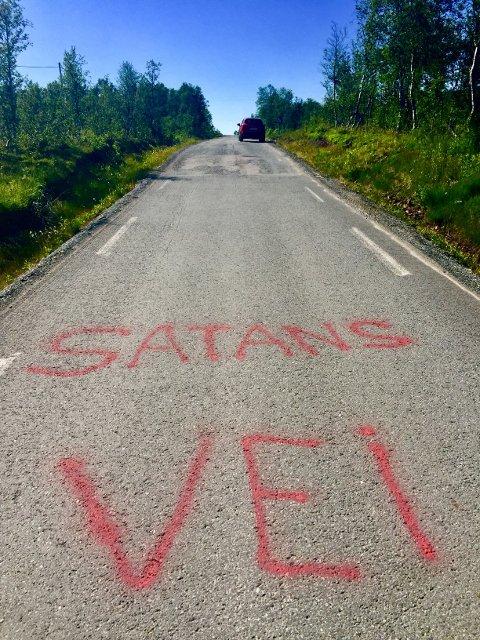 KLAR TALE: Denne meldingen står på Fylkesvei 229 på Senja, på strekningen over Grasmyrskogen.