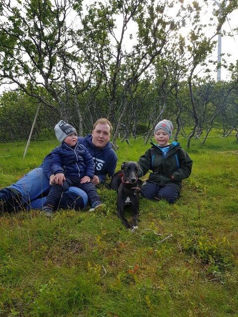 KOBLER AV: Espen Kirkvik sammen med sønnene Aron Kirkvik Vinje og Leon Kirkvik Vinje. Familien som er bosatt i Vannvåg i Karlsøy kommune må belage seg på en jul uten internett.