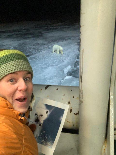 SELFIE: Hege Holen Pålsrud liker å ta bilder av seg selv med bilder hun har laget i passende omgivelser. Da en isbjørn dukket opp rett ved forskningsskipet, måtte det bli en isbjørn-selfie.