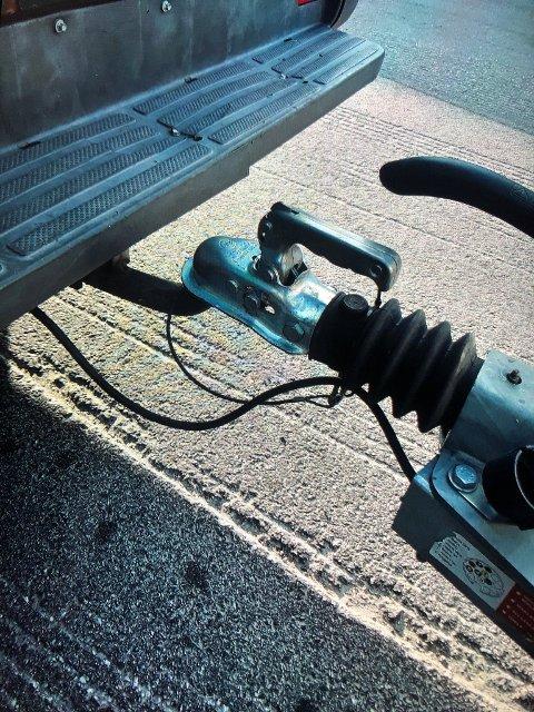 Her er lyskontakten forsøkt stripset fast for å se tilkoblet ut.