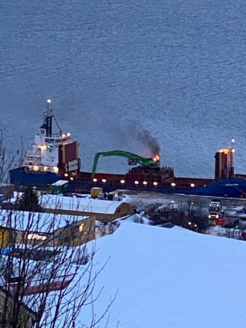 BRANN: Det oppsto en brann i en gravemaskin som sto på en båt nord for Skattøra mandag formiddag.