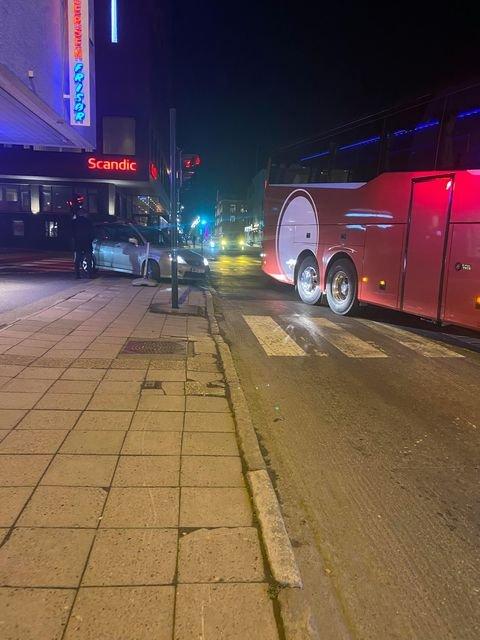KOLLISJON: Buss og personbil i sammenstøt.