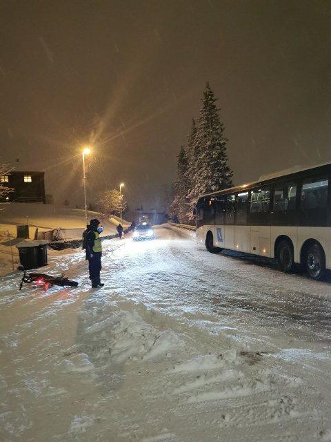 HJELP: Richard Fjellaksel dirigerer trafikken forbi bussen som sto fast.