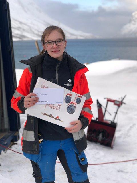 Mia Kristine Antonsen poserer stolt med svennebrevet i tømring.