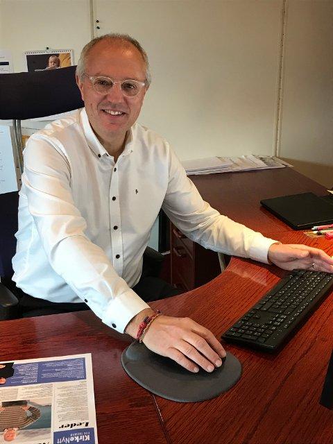 Kirkeverge Nils Opsahl jobber fremdeles fra kontoret sitt. Han ser fram til å se tegningene til barn som sender inn til kirka.