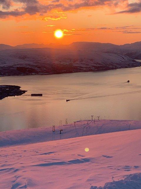 SOL: Denne utsikten kan du få se fredag 22. mai, men da må du få på deg skiene.