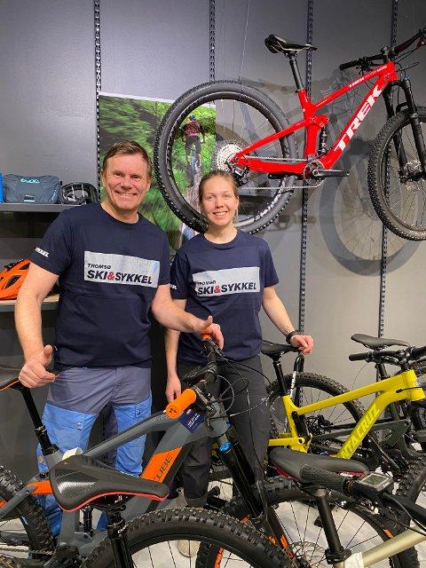 HAR FLYTTET:  Per Ivar Jenssen og Hanne Johansen Lillegård er blant de ansatte som nå ser fram til nyåpning for Tromsø ski og sykkel.